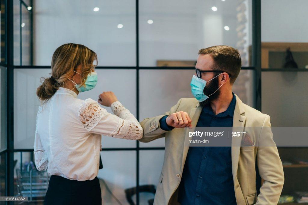Les gens d'affaires saluent pendant la pandémie de COVID-19 : Photo